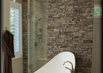 cultured-stone-grey-southern-ledgestone-residential-interior-feature-wall-bathroom-project-view